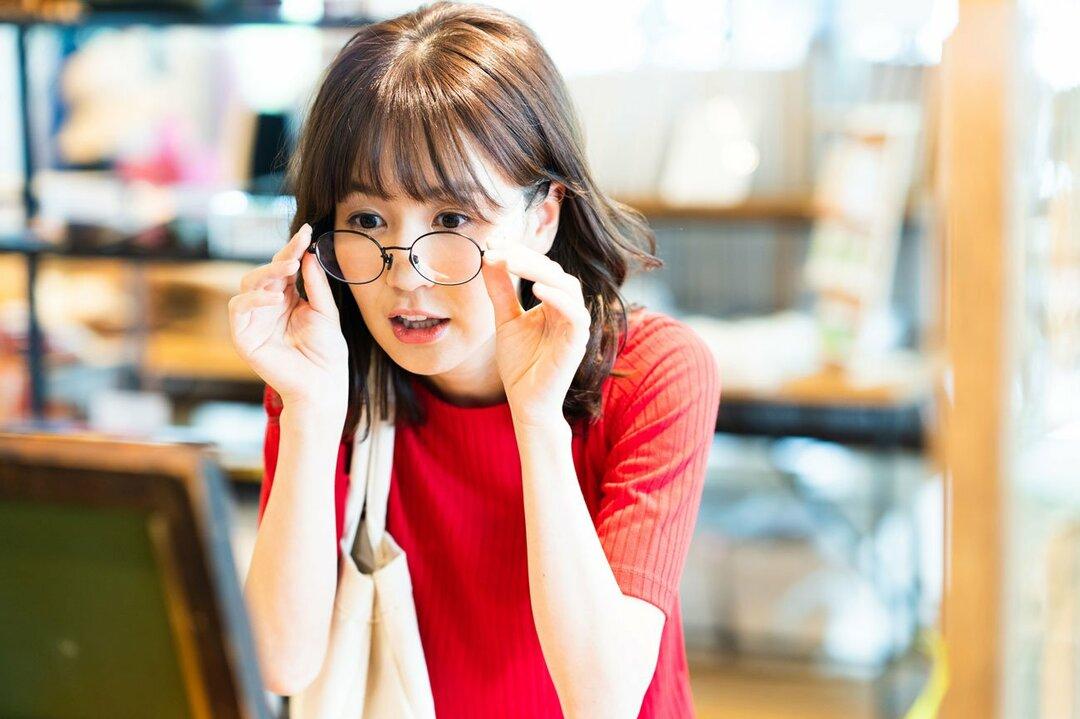 メガネを試着する女性