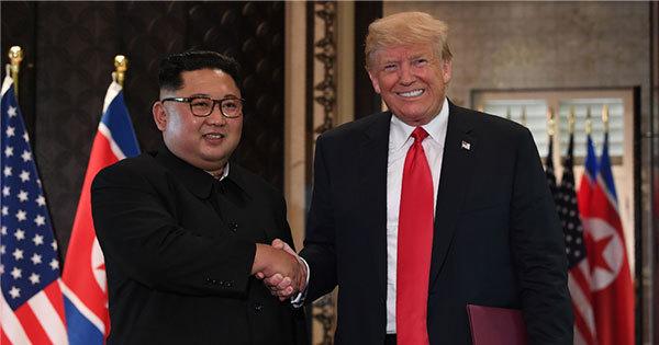 握手を交わすトランプ大統領と金委員長