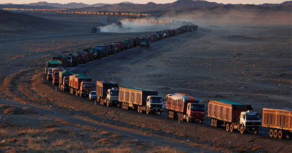 モンゴル国境で大渋滞、対中国「石炭ブーム」脅かす