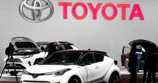 トヨタ自動車のロゴとC-HRハイブリッド