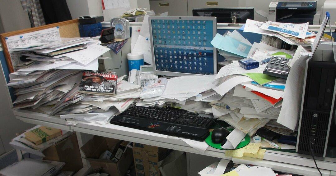 散らかった机