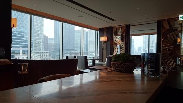 「MOTIF Restaurant & Bar」は東京駅を見下ろせる位置にあるため、新幹線を見ることができる