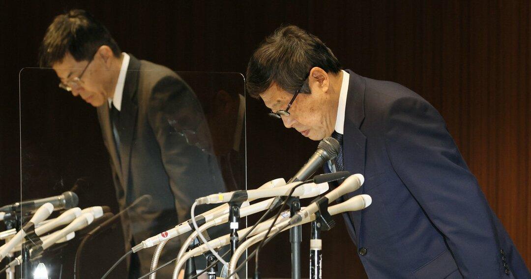 不正貯金引き出しをめぐる対応の遅れを謝罪するゆうちょ銀行の池田憲人社長(右)ら