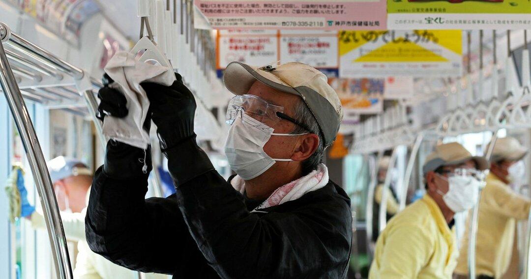 神戸市営地下鉄では、新型コロナ感染拡大を防ぐため、手すりなどを消毒