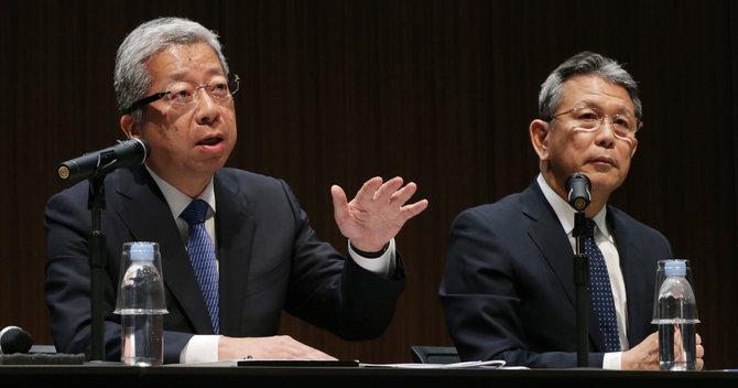 日本郵便の横山邦男社長(左)