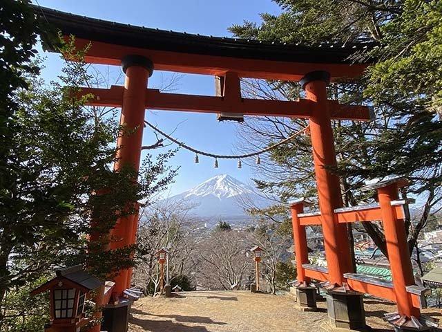 朱塗りの鳥居を先に、富士山を望むことができます