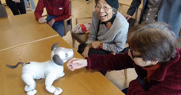 ソニーの介護施設「ソナーレ」で入居者と触れ合うaibo