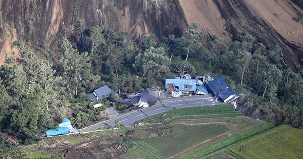 北海道厚真町で地震による土砂崩れに巻き込まれた建物