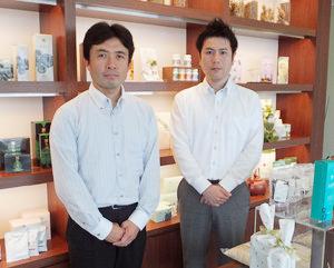 おすすめクレジットカードを運営する会社。薬日本堂の野崎公一郎さん(左)とジャックスの小林伸之さん(右)