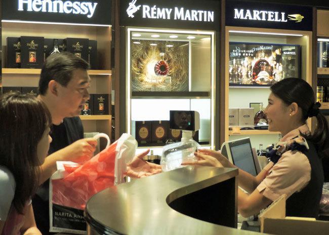 中国人観光客が増える中で、自分で身に着けた英語、中国語で接客をする日本人従業員たち