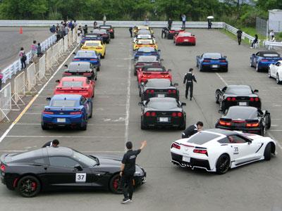 富士スピードウェイ内での、コルベットとカマロのオーナー向け、ドライビングレッスンの様子