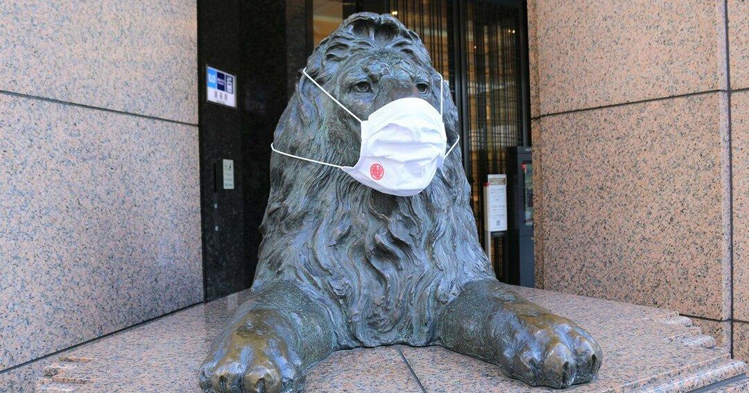 マスク姿のライオン像