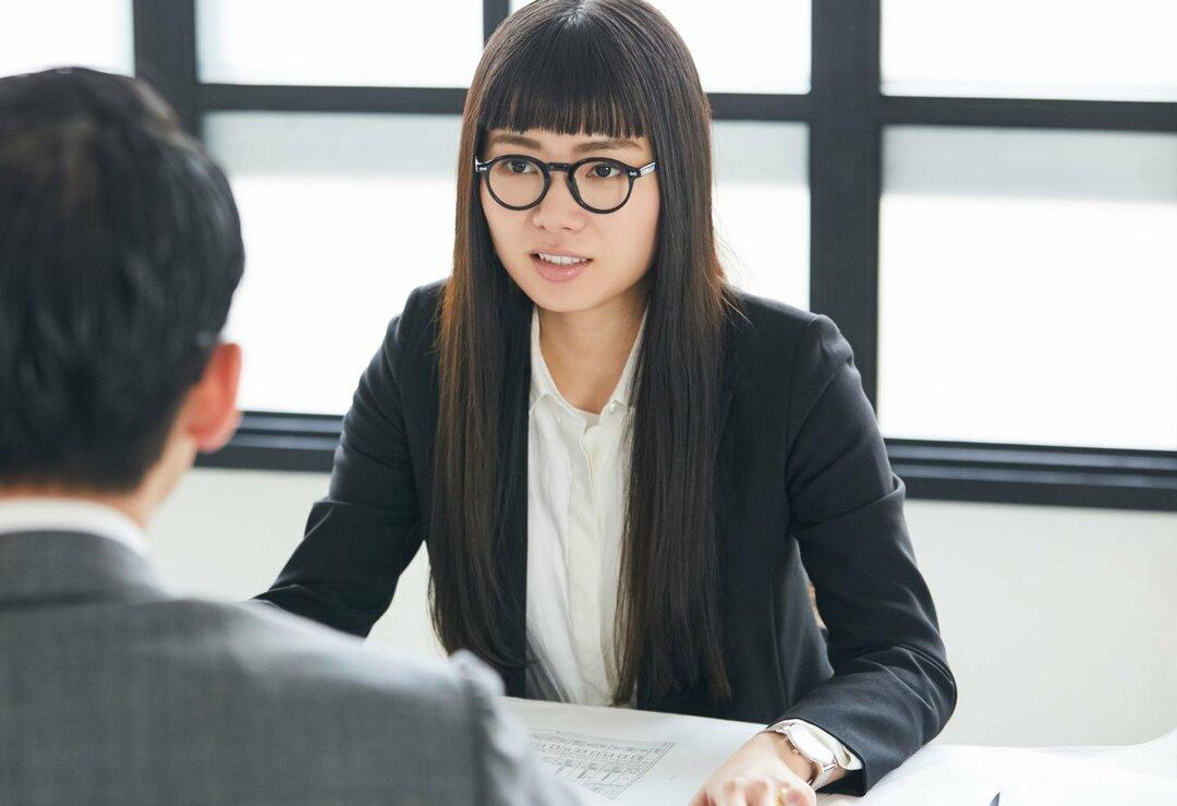 職場でメガネをかける女性