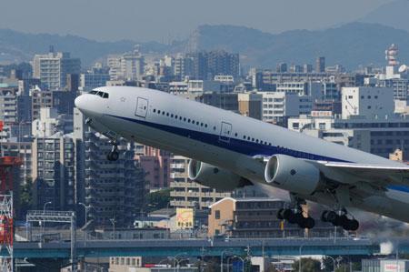 都内屈指の高級住宅街のすぐ上を、飛行機が通過することになりそうです。