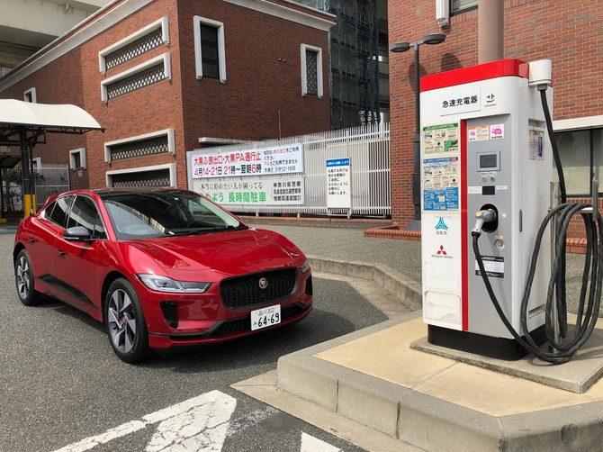 首都高速 横浜大黒PAの急速充電器の前にて。日本仕様はチャデモ方式に対応
