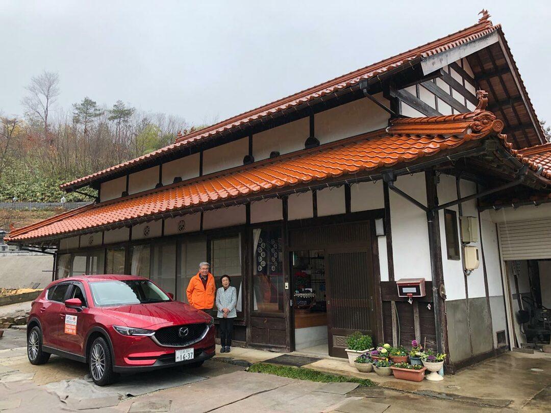 山本美智子さん宅の前にて。石州瓦屋根を使った大きな旧家
