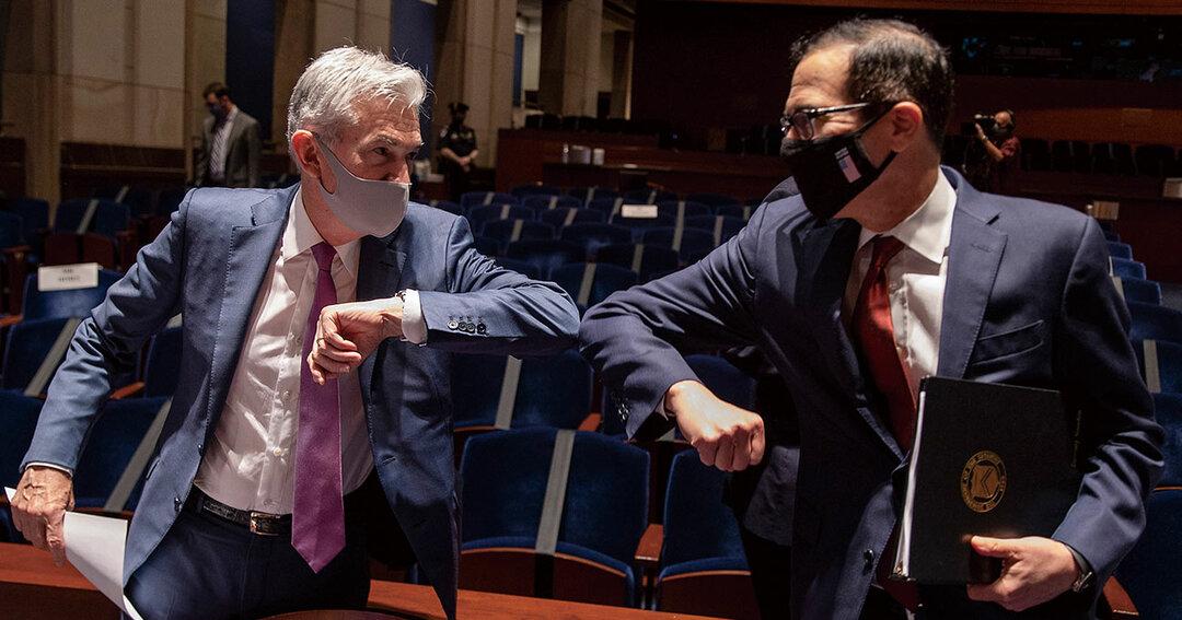 タッグを組んでコロナ対策に当たってきたパウエルFRB議長(左)と、ムニューシン米財務長官だが、財政出動を巡って対立が表面化した(写真は20年6月撮影)