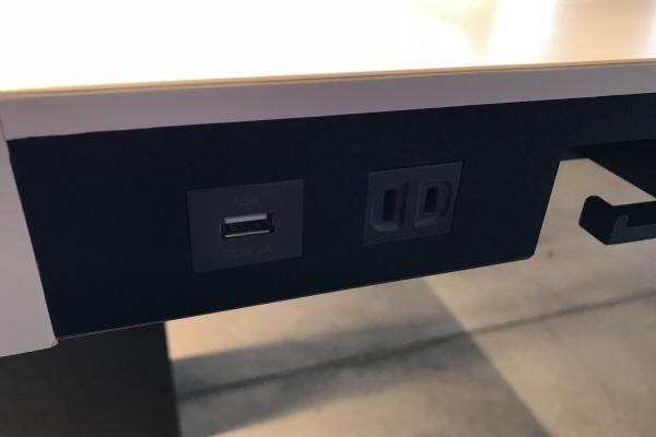 「POWER LOUNGE NORTH」の座席下にあるコンセントとUSBコネクター