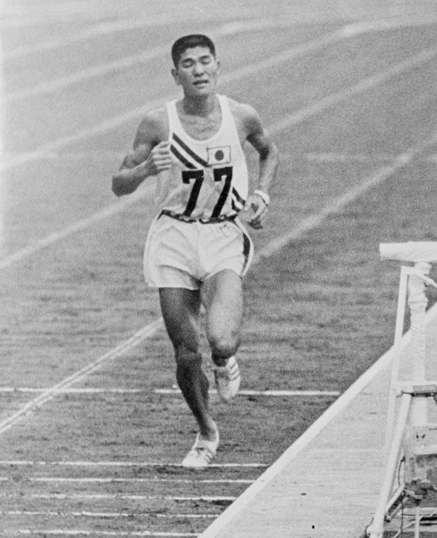 東京オリンピック男子マラソンで3位でゴールする円谷幸吉
