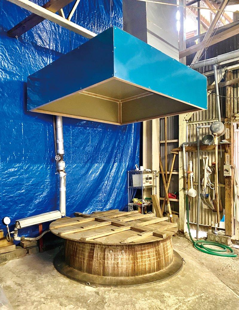 鉄釜の上に設置した蒸気フードは清一郎さんお手製