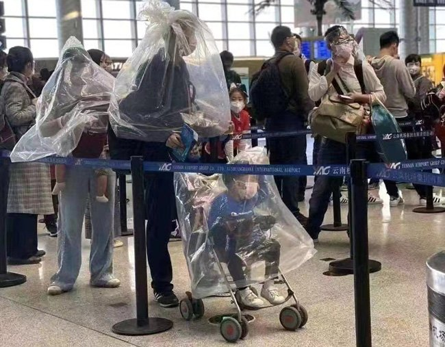 マスクが購入できないため、ビニール袋をかぶる人もいる。SNSで拡散されていた写真