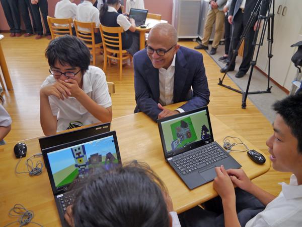 マイクロソフトのナデラCEOは<br />たった1日の来日中、なぜ中学校を訪ねたのか