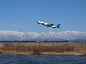 北陸新幹線の陰で危機に瀕する、富山空港の粘り腰