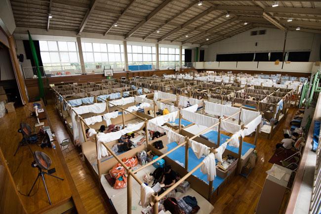 西日本豪雨の被災地ではいまだ多くの人たちが不自由な避難所生活を送っている。体調の管理が気がかりだ