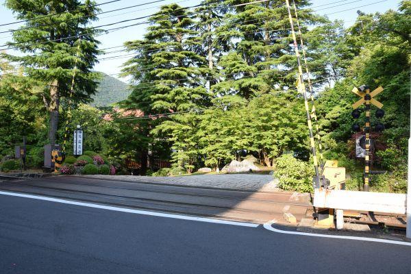 強羅花壇の前にある旅館