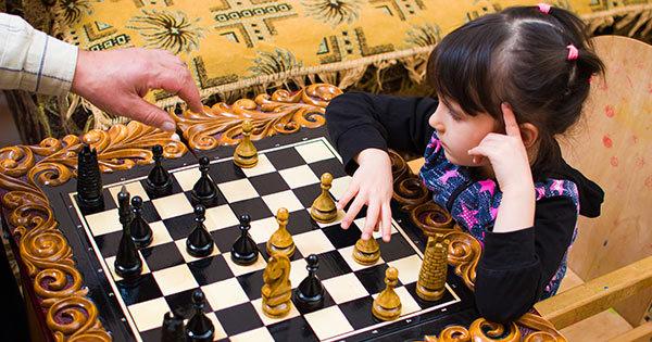 チェスをする女の子