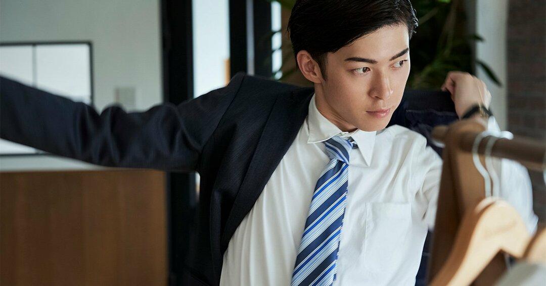 写真:身支度,スーツ,ビジネスマン