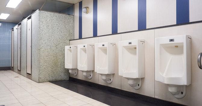 公衆トイレで小用便器に無意識に唾を垂らす男性はしばしば目につく