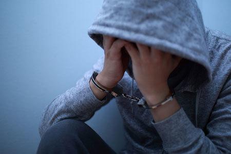 再犯率が高いとされる性犯罪者の出所後の対策は、国によってさまざまです。