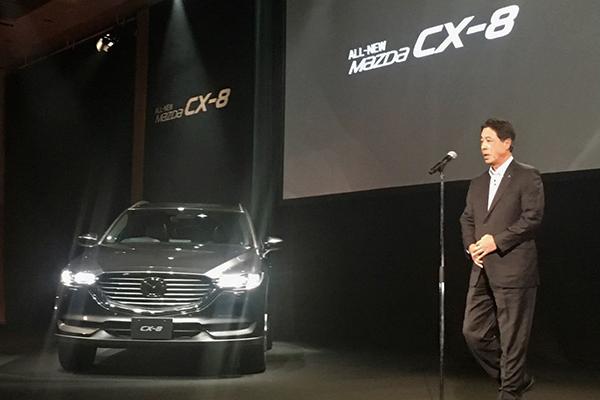新しいライフスタイルを求める顧客のために開発した、と発表会席上でスピーチするマツダの小飼雅道代表取締役社長兼CEO