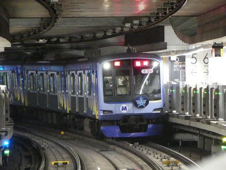 渋谷駅ホームに到着した「ベイスターズトレイン ビクトリー号」
