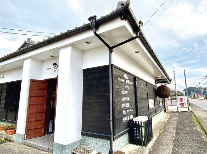 蔵は伊万里港へ続く有田街道沿い。売店も併設