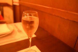 「ロッツォシチリア(ROZZO SICILIA)」では食前にスパークリングワインが出た