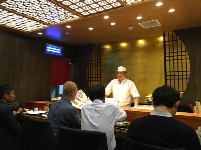 上海の日本料理店「丸忠」の加藤寛之総料理長は自ら福建省の養鰻場まで仕入れに足を運ぶ
