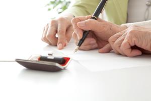 認知症高齢者の生活を守る「市民後見人」育成が急務のワケ
