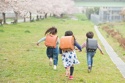 土手を走る子ども
