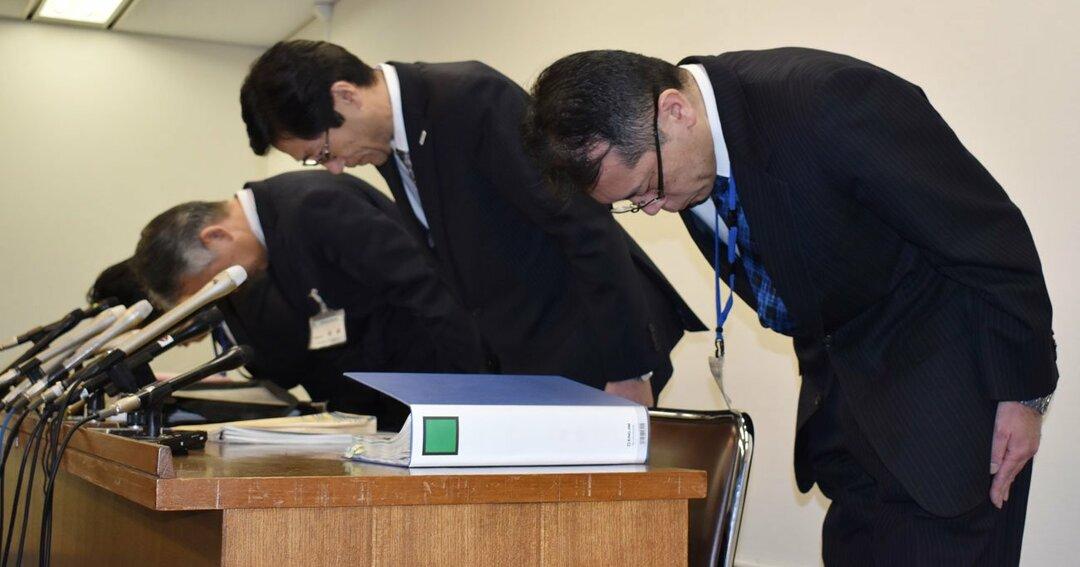教員いじめ問題の懲戒処分に関する会見で謝罪する神戸市教育委員会の長田淳教育長(手前から2人目)