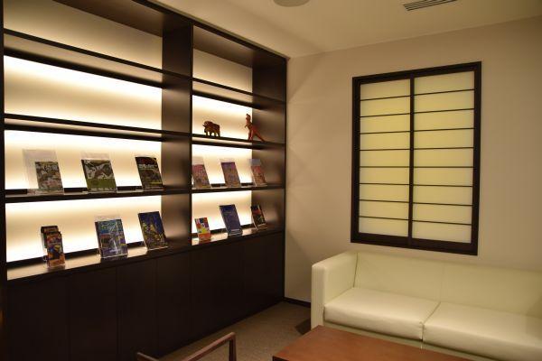 休憩スペースでは、雑誌やガイドブックの閲覧が可能