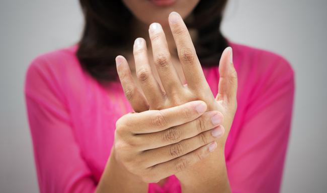 箸が持てない!妻が訴える慢性的指の痛みの意外な正体 | 医療 ...