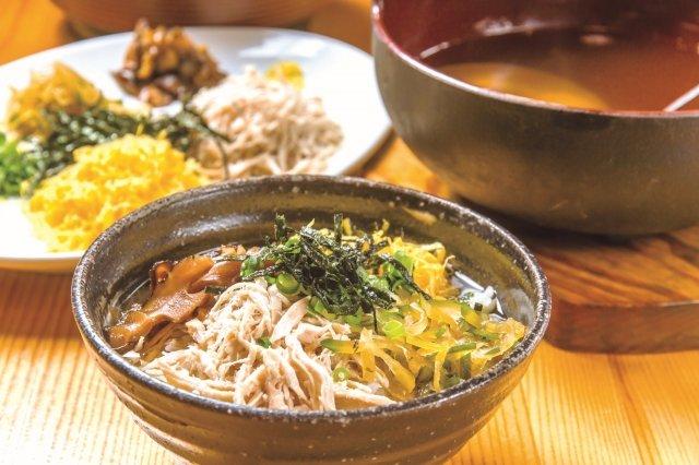 レモンのさわやかな風味が特徴の鶏飯 1100円