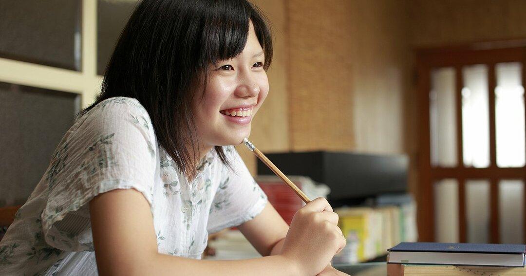 女の子は「リビング学習」より「部屋での勉強」の方が成績が伸びる