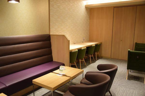 リニューアル後の「JCBラウンジ京都」のソファー席
