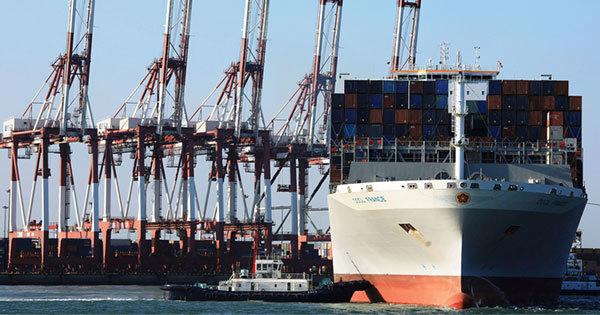 中国の山東省青島市の港のコンテナ船とクレーン