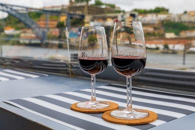 ポートワインは赤と白の両方がある ©iStock