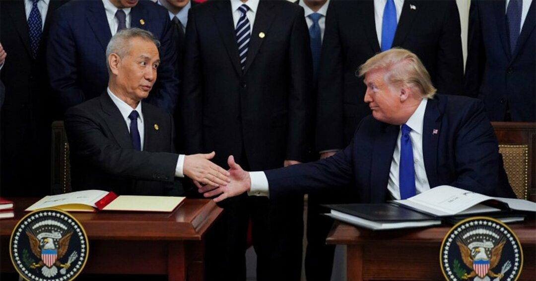 握手する中国の劉鶴副首相とトランプ米大統領