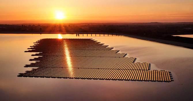 英国のクイーンエリザベス2世漲水池に浮かべられたBPの発電関連施設